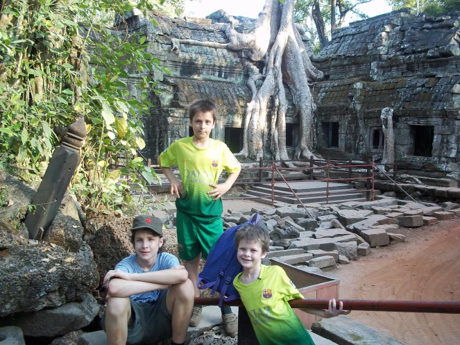 boys-in-angkor-watt