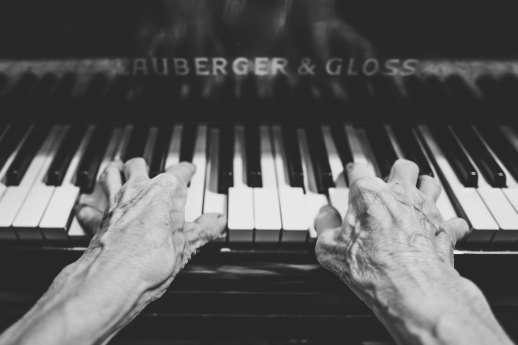 old woman hands:piano